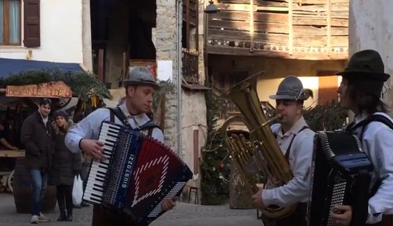 Il trio Dolomiti Folk ai mercatini di Natale