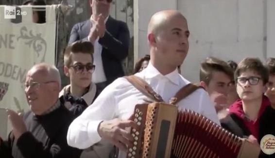 Luca Battista e il suo organetto a Mezzogiorno in Famiglia su Rai2