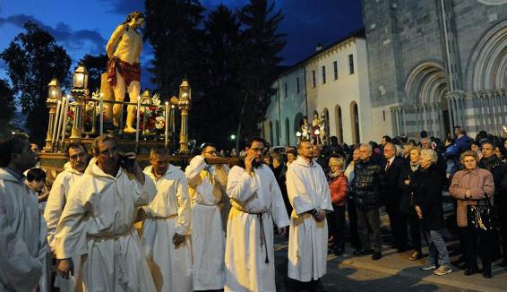 A Vercelli la Processione serale delle Macchine