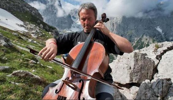 Mario Brunello con il suo violoncello nella foresta degli alberi distrutti