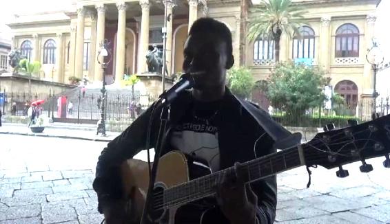 """""""Cantare in siciliano mi fa sentire a casa"""": Chris Obeli, migrante nigeriano che canta Rosa Balistreri"""