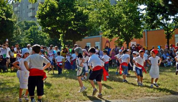 Li Matti de Montecò nelle scuole per insegnare balli e canti popolari