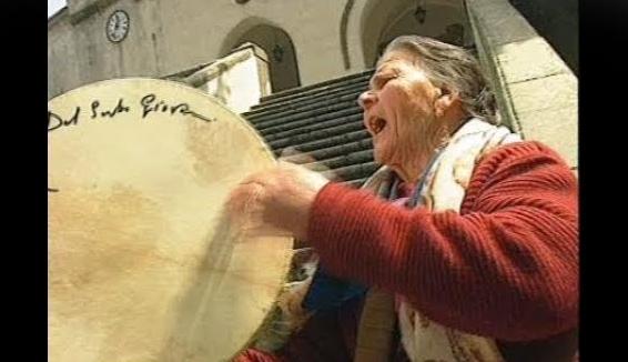 Voci del popolo contadino,voci di tamburo con la pietra nera