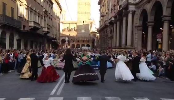 La magia del Gran ballo d'Ottocento conquista il centro di Bologna