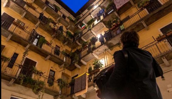 Riccardo, il ragazzo che gira per Milano con la sua fisarmonica e un repertorio di musica popolare italiana
