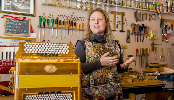 Francesca Gallo, la cantastorie che costruisce fisarmoniche