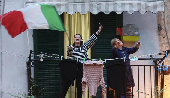 Musica dai balconi, ecco quali sono i brani più cantati in questi giorni – #iorestoacasa