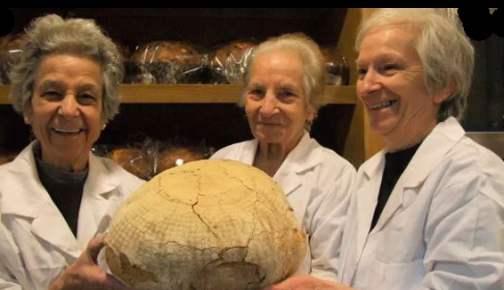 Zia Maria, zia Tanella e mamma Lina, 256 anni in tre, le regine del pane del Gargano