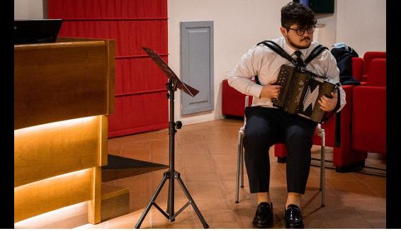 Il primo laureato in Italia in fisarmonica diatonica è Marcello Pietromica