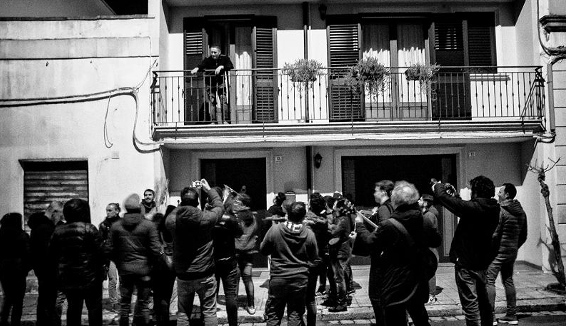 """Canti popolari tra balconi e finestre, non si ferma la tradizione del """"Santu Lazzaru"""""""
